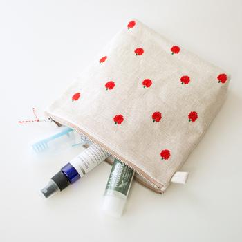 日常使いのコスメポーチや、旅行用の洗面道具入れとしてちょうど良いサイズ感で、かばんの中に入れていつも持ち歩きたいポーチです。