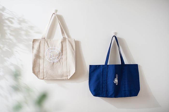 オーガニックや自然素材のものを多く取り揃えている、デンマーク最古のスーパーマーケット「Irma(イヤマ)」。人気のイメージキャラクター「イヤマちゃん」の刺繍が施されたトートバッグは、ナチュラルとブルーの2種類。