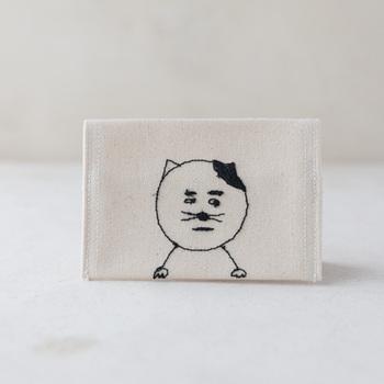 ミシン刺繍家senokotoのカードケース。ミシン刺繍で表現される独特な世界観が魅力のブランド。ユーモラスな表情のゆるい動物が刺繍されています。
