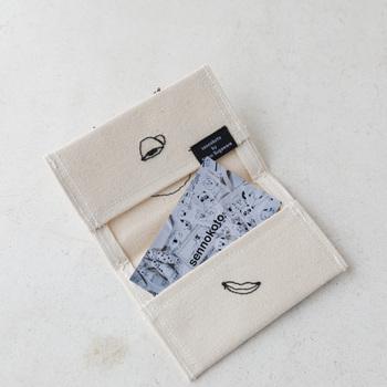 内側にもキュートな刺繍が施されていて、2箇所にカードを入れられるようになっています。
