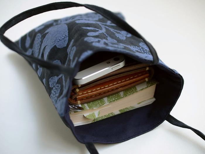 文庫本がちょうど収まるサイズ感で、サブバッグとしてや、スマホとお財布を入れて「ちょっとそこまで」出かけるときに重宝します。