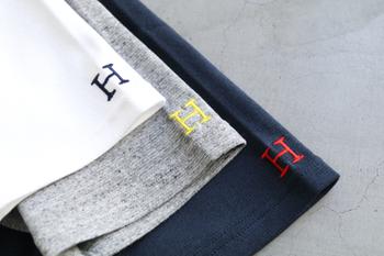 左袖口についたH刺繍がポイントのTシャツです。Tシャツの色ごとに刺繍の色もそれぞれ異なるのがおしゃれですね。