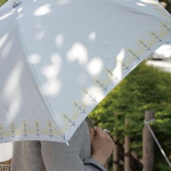 北欧のデザイナーさん達がデザインを手がけている大人気のブランド「korko(コルコ)」の、刺繍が施された繊細なデザインの傘。