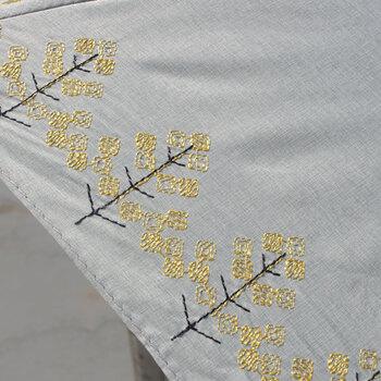 菜の花の刺繍が施されたこちらの折りたたみ傘は、UVカット率は90%以上。防水・撥水加工がしてあるので、急な小雨にも対応できる優れモノです。
