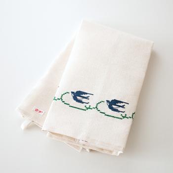 フランス、ベルギーで採れた上質な亜麻を使用しているALDIN(アルディン)のアイテム。空飛ぶツバメが刺繍されたキッチンクロスはどこかヨーロッパの気品が漂います。