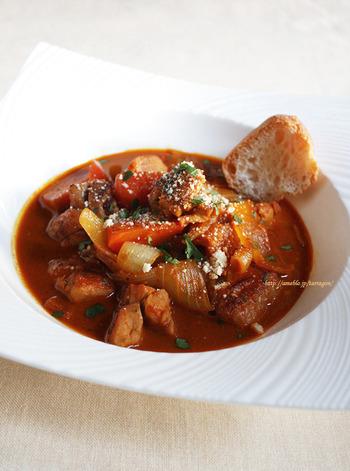 人参ベースの野菜ジュースでチキンと野菜をこっくり煮込みます。チキンの他、使った野菜は玉葱と人参だけ。それでも野菜ジュースのおかげで旨味はたっぷりです。