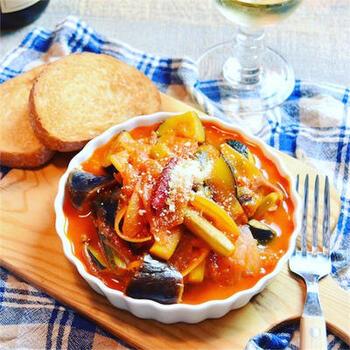 彩り鮮やかで食欲をそそる、南フランス郷土料理のラタトゥイユ。本格的に作るには火加減を変えながら長時間煮込んで作りますが、もっと簡単に作りたい!時は、野菜ジュースで時短できます。こちらのレシピでは「無添加野菜48種の濃い野菜100%」を使っています。