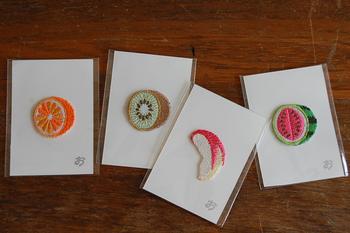 刺繍職人・デザイナーの田嶋さんが、みんなの「おいしい」の記憶を約3センチ大の小さなワッペンで表現しています。他では見かけないユーモラスな食べ物たちの刺繍が魅力。