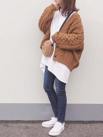 ケーブル編みのもこもこカーディガンも、ゆったりサイズがキュート。ビッグサイズのカットソーとのバランスがぴったりで、体型をカバーしたい人にもおすすめですよ。