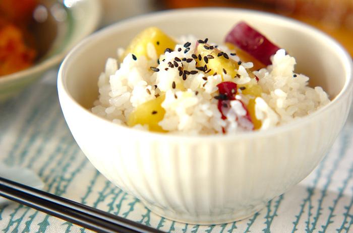 旬のさつまいもが手に入ったら、ぜひとも作りたいさつまいもご飯。こちらのレシピはもち米をプラスしているのでモチモチした食感に仕上がります。ゴマ塩を振って食べると、さつまいもの甘味がより引き立ちます。
