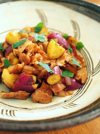 さつまいもと豚肉を焼肉のタレで炒めるレシピ。甘いさつまいもとピリ辛の焼肉のタレがマッチした一皿です。さつまいもをメインに使いたい時におすすめですよ。