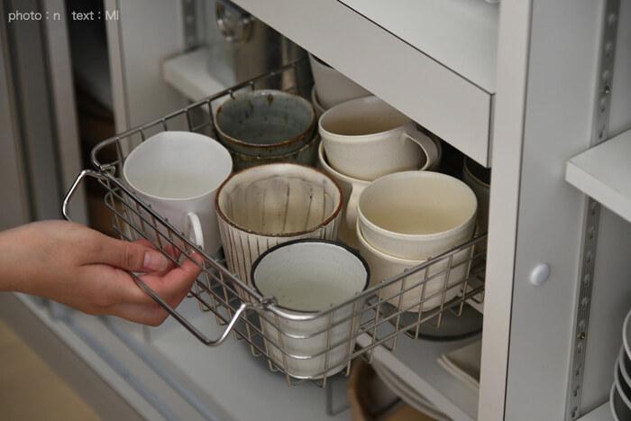 奥行きがあるキッチン収納は、つい手前のものばかり使ってしまいませんか?そこで活躍するのが、ワイヤーバスケットを使った引き出し収納です。マグや急須をたくさん並べても、バスケットを引き出せば奥のものまできちんと取り出せます。棚の拭き掃除が簡単になるのもメリットですね。
