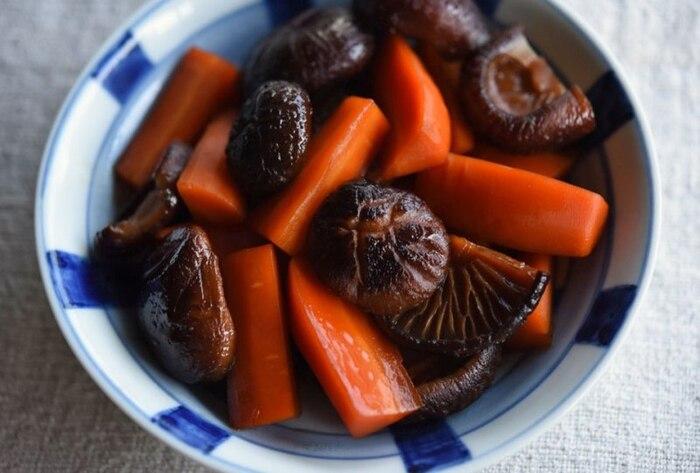 にんじんと椎茸の煮物は秋らしさが感じられる一皿。こちらは干し椎茸を使っているので、旨味がギュッと詰まっています。和食の副菜に迷った時には、ぜひ作ってみてはいかがでしょうか?