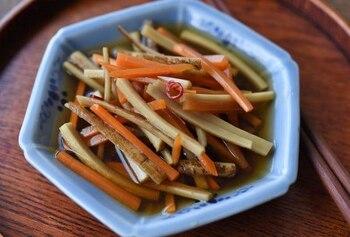 ごぼうを南蛮酢につけてさっぱりといただく南蛮漬けのレシピ。秋の根菜のにんじんと合わせて作ります。ごぼうの皮には栄養のほかに香りも多く含まれているそうなので、軽く落とす程度にしましょう。