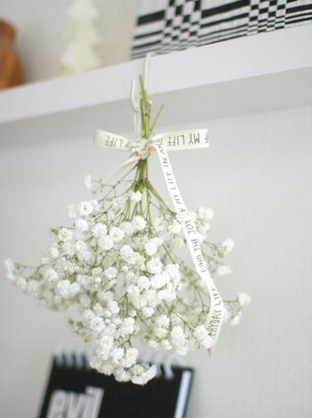 後は、お部屋に吊るすだけ。お花が完全に乾く前に、花瓶などに入れてしまうと茎がまだ柔らかくてお花が下を向いてしまうので、カラカラになるまでは「さかさま」に吊るしておいてください。