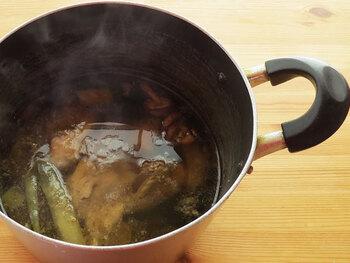 基本の鶏ガラ出汁で必要な材料は全部で5種類。料理で出てしまった野菜くずなども利用できるので、夕食で出たくずを使うのも◎。また、基本の鶏ガラ出汁を作ってしまえば、鶏白湯も簡単に作ることができます。