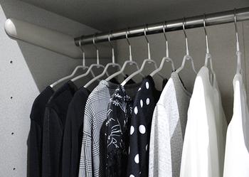ハンガーにかけた洋服はバーにかかるからといって、ぎゅうぎゅうに詰め込むと取り出しにくく、シワになりやすくなります。風が通るくらいの余裕を残せるよう、収納アイテムを厳選していきましょう。