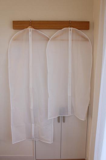 衣装カバーを選ぶときは、無地のシンプルなものをチョイスするようにしましょう。こちらはIKEAの衣装カバー。並べたときにもすっきり見えます。