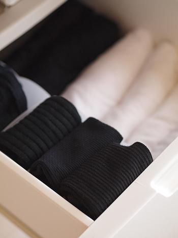理想はひとつの仕切りにひとつのアイテムです。下着やタイツなども衣がえに合わせて、傷んだものは処分しておきましょう。少ない数を丁寧に着ていくのが、クローゼットのミニマル化につながります。