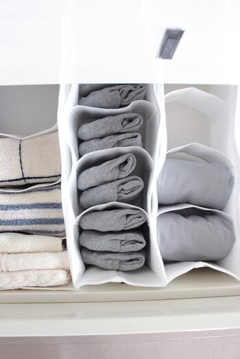 無印良品の不織布仕切りケースは、サイズも豊富でいろいろな引き出しに合わせることができます。同じアイテムは同じ畳み方をして揃えると、探しやすいですね。
