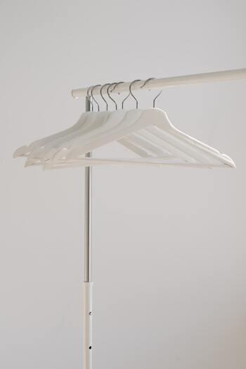 厚みのあるハンガーを選ぶと収納量が減ってしまうので注意が必要です。できるだけコンパクトで、服に負担を与えないハンガーを選ぶといいですね。