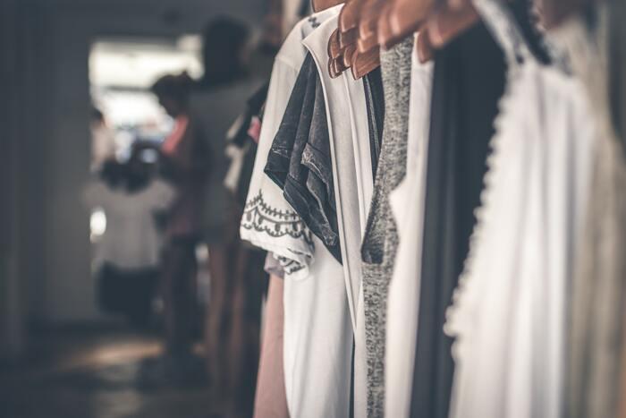 多くの人は、洋服を購入するスピードと処分するスピードがマッチしていません。収納について考えるよりも先に、気に入った洋服を購入してしまいがちです。そうすると、結果的に、クローゼットに洋服を押し込むことになってしまうわけです。