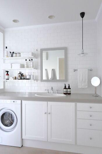 顔を洗ったり、歯磨きをしたり、洗面台は特に汚れやすい場所。必要最低限の物以外直置きしないようにしましょう。物が置いていないと、物を移動させる必要がなく一瞬で掃除が終わります。