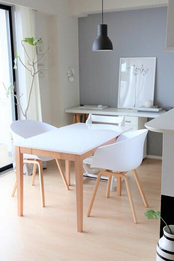 部屋の中で何も置いてない空間を作るだけで、だいぶスッキリ見えます。特にダイニングテーブルは、占める面積が大きいので、何も置かない様に心がけたいですね。日中は無理でも、夜寝る前には一度何もない状態にリセットして。