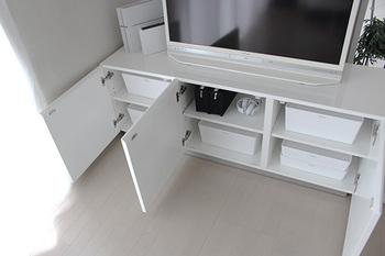 テレビボードなど、低い家具の上はホコリが溜まりやすい場所です。掃除がしやすい様に、何も置かないのがベスト。テレビ周辺で使う物は、テレビ台の中へしまえる量をキープしましょう。