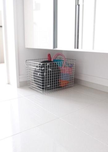 三和土には物を置かない方が掃除がしやすいとは言え、置く場所がなくて散らかるのも考えものですね。外遊び用のおもちゃや一時的に物を置ける場所を作っておくと、掃除の際の移動も楽にできます。