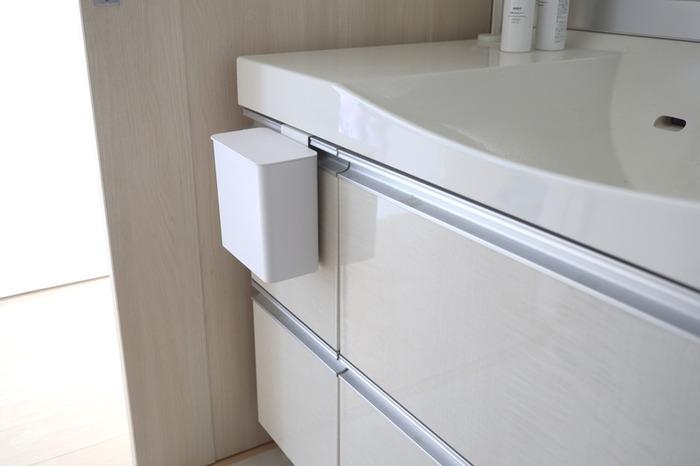 床におくと掃除の時ジャマになるゴミ箱…どこにおくか迷ってしまいますね。そんな時はマグネット付きのゴミ箱で問題解決。山崎実業のマグネット付きのゴミ箱は、直接洗濯機に貼り付けてもOK。引き出しに引っ掛けられるフック付きなので、引き出しにも取り付けられます。