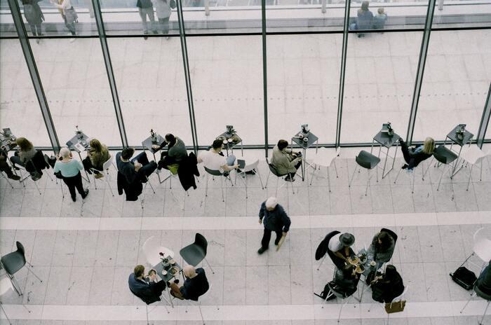 この場合は、「企業の理念や情報共有などの行動指針は、社員全員が共にシェアすべき大切なもの」とし、各々が「それに見合った行動をせよ」、という意味で使われます。