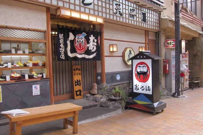 熱海の仲見世通りの中にある「お食事処 だるま」は、ここ熱海で80年以上もの間お店を切り盛りする老舗の和食屋さんです。
