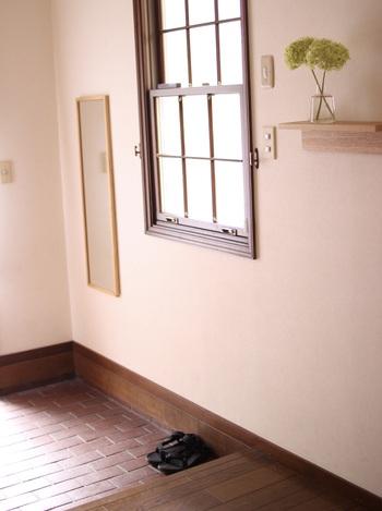 玄関に姿見があると、身だしなみをチェックするのに便利です。狭い玄関にスタンドミラーを置くと邪魔になるので、壁に取り付けるタイプを選びましょう。