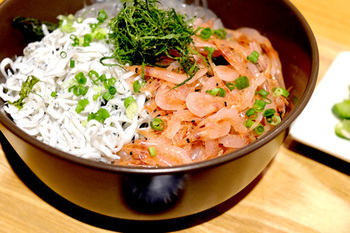 熱海で種類豊富な海鮮丼を食べるのも良いですが、キチプラスに来たら生しらす丼がおすすめ◎こちらの三色丼は、お店の人気メニューとなっていますので、是非お試し下さい♪