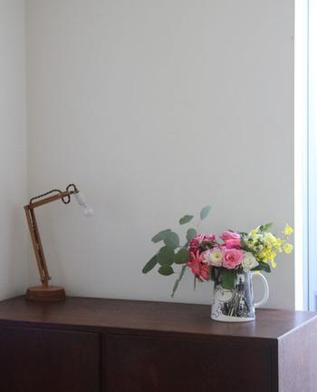 気をつけていてもチェストの上についつい物を置いてしまうという人は、花を飾ってみませんか? ここは花を飾る場所と決めて、他の物を置かないように心がけましょう。