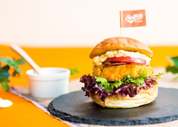 ここセルフィッシュダイナーのハンバーガーは、カジキマグロを使ったハンバーガーが楽しめます。ヘルシーでいてボリューム感もあるため、男性女性問わず評判のハンバーガーが楽しめますよ!