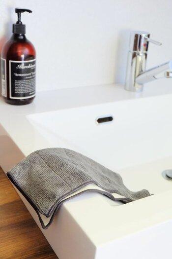 使いたい場所に物を置くと便利です。出しておくときは、吊るす収納で直接置かない、キャスター付きで移動を楽にするなど、掃除をしやすくする工夫しましょう。掃除にかける時間を減らして、快適な暮らしを手に入れてくださいね。