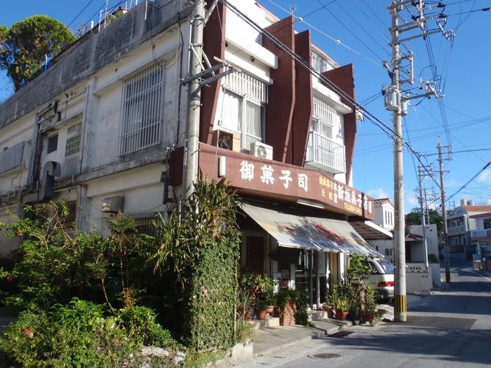 沖縄土産の定番のちんすこうですが、最近は色々な味があり、選ぶのに迷ってしまうほど。そんな中、こちらゆいレール儀保駅から徒歩3分の距離にある、創業102年の老舗「本家新垣菓子店」の「本家新垣ちんすこう」は、予約しないと購入できないほど大人気のお土産です。