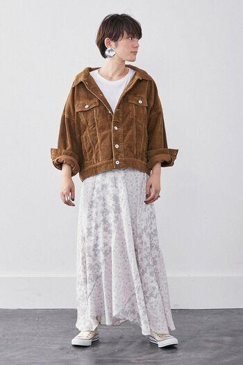 この秋注目のワーク感のあるコーデュロイ素材のGジャン。やや大きめサイズでもライトなブラウンなら、軽やかさが出るので、フェミニンなスカートと合わせても可愛いですね。