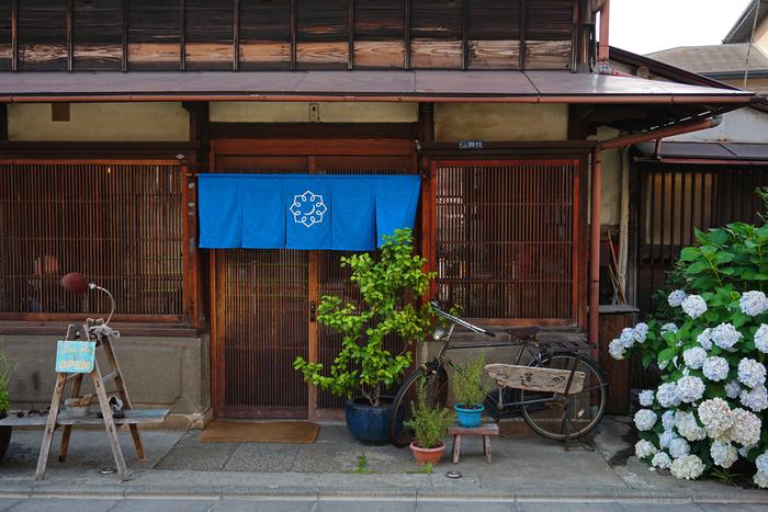 立派な瓦屋根の風格ある建物が目を引く「古民家カフェ 蓮月」。昭和初期に建てられた古民家です。もともとはお蕎麦屋さんでしたが、2015年にカフェとしてオープンしました。ドラマや映画のロケ地としても使われているんですよ。