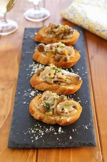 秋の食材きのこを合わせた一品。香ばしいフランスパンに、ソテーしたきのことくるみを乗せて、おしゃれなおつまみに!