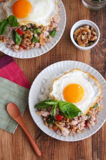 ひき肉の代わりにお豆腐を使ったヘルシーなガパオライス。ニンニクとナンプラーを効かせたエスニック風味が後を引くおいしさです。くるみを混ぜることで栄養面はもちろん、食感のアクセントもプラスされるので食べ応え満点の一品に。