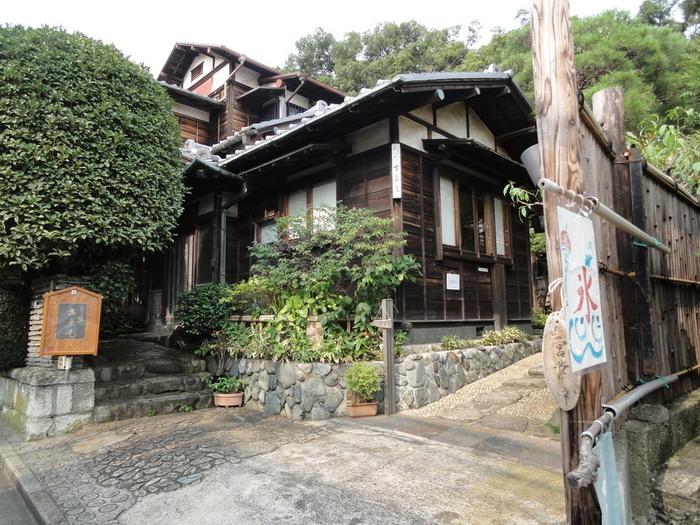 おしゃれなショップやカフェの宝庫である自由が丘。そこにまるで別世界の空間が広がる古民家カフェ「古桑庵」があります。築100年近い建物と、庭の緑が美しいですね。