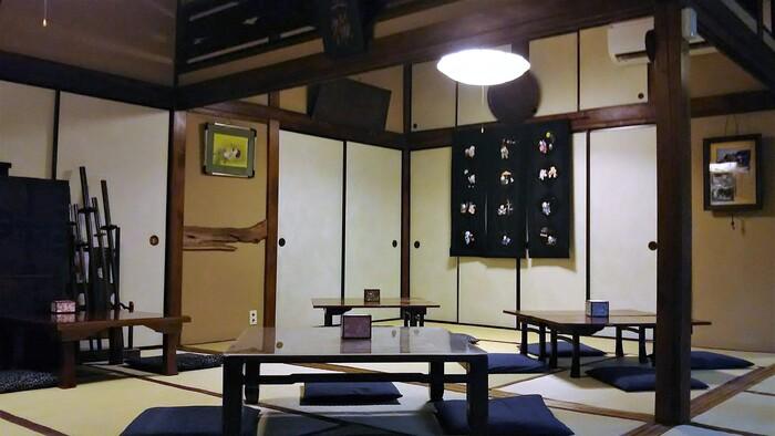 店内には人形や屏風、刀などの骨董品が並んでいます。窓際の席からは日本庭園が眺められますよ。日本の歴史や文化に思う存分浸ることができます。