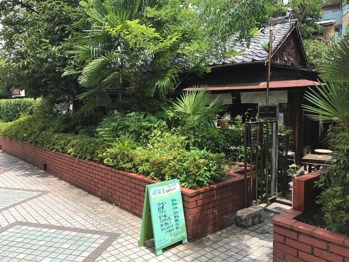 一見普通の民家かな?と思うこちらの建物、実はカフェなんです。昭和に建てられた長屋を改装してオープンしました。実家に帰ったような安心感のある佇まいですね。