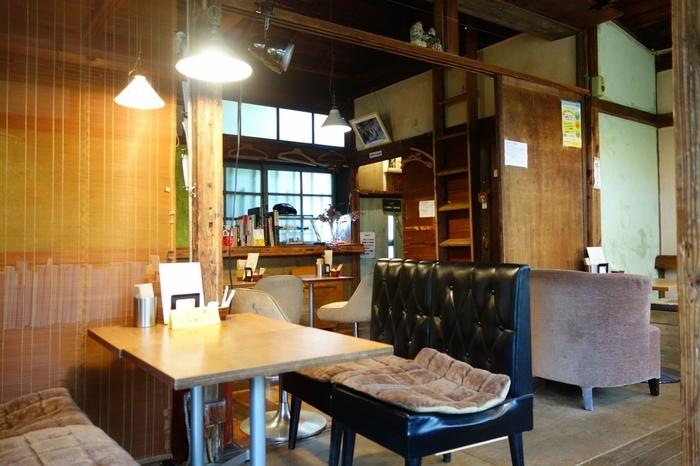 店内は温かみのあるおしゃれな空間にリノベーションされています。一人でも座れるテーブル席が並んでいますよ。テラス席もあるので、晴れた日は太陽の下で緑を見ながら食事ができます。
