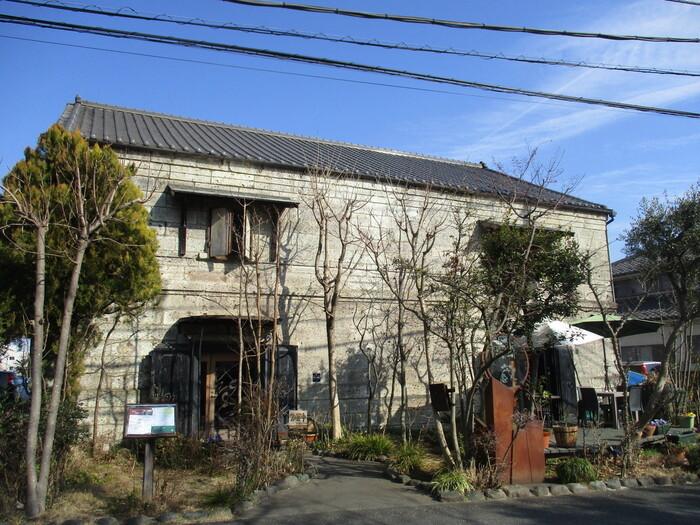 重厚感のある石造りの建物が目印の「繭蔵」。その名の通り、養蚕を目的として建てられた大正時代の建物だそうです。これからの時期は入り口付近の紅葉が綺麗ですよ!
