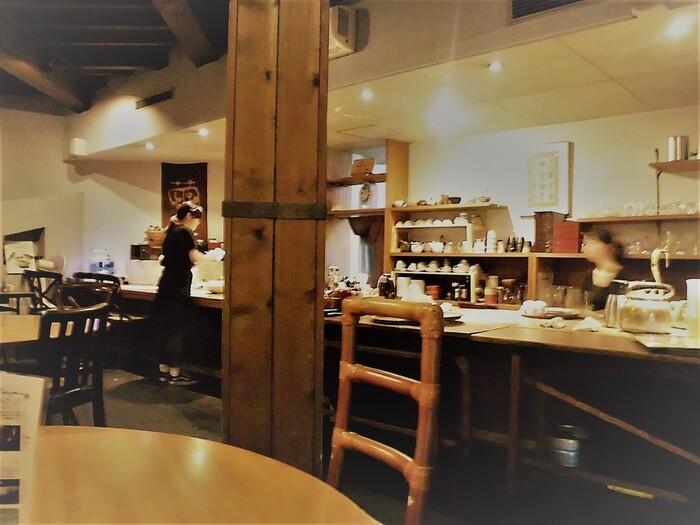 店内は1階がカフェ、2階がギャラリーになっています。カフェは広々としていて、木がふんだんに使われた落ち着く空間。温かみのある明かりもほっとしますね。