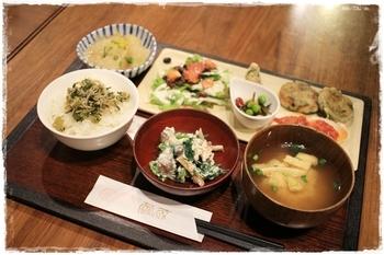 繭蔵の魅力は、季節の野菜をたっぷり使った体に優しいメニュー。ランチメニューの「繭膳」は、ご飯と野菜のおかずが豊富に並びます。内容は月ごとに替わるので、何度でも行きたくなりますね。少しずつ色々な種類を楽しみたい方におすすめです!